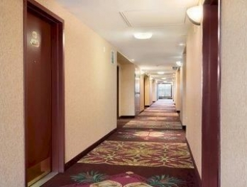 Фото отеля Days Inn & Suites Langley - Hallway