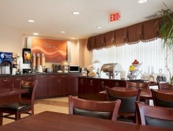 Фото отеля Days Inn & Suites Langley - Restaurant