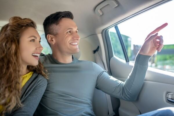 pareja sonriente en coche