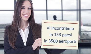 Una ragazza con un cartello aspetta in aeroporto i passeggeri per il transfer
