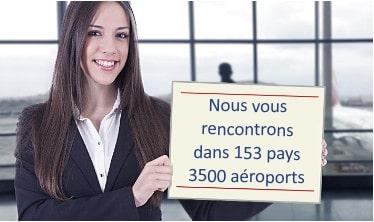 Dame tenant un panneau à l'aéroport en attente de passagers de transfert de l'aéroport